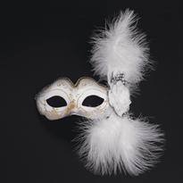 Белая венецианская маска с розой и перьями купить