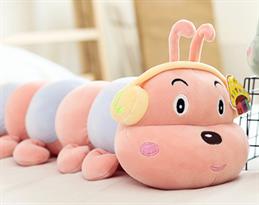 Плюшевая игрушка розовая гусеница (в наушниках) купить в Москве