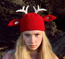 Красная вязаная шапка с рогами и ушками оленя купить в Москве