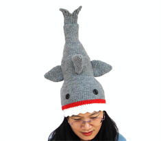 Вязаная шапка Акула ест голову купить в Москве