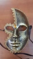 Золотистая венецианская маска украшенная кружевом купить в Москве
